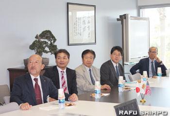JBA事務所内で、当地の日系企業の歴史などについて紹介するビデオを観賞する一行
