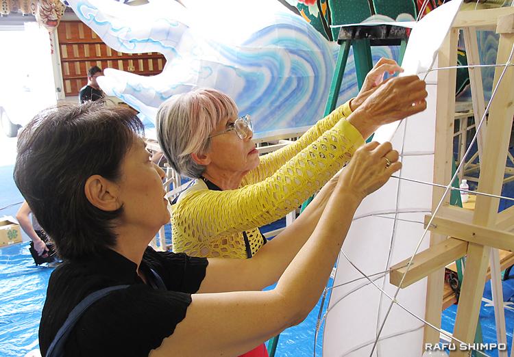 針金の骨組みに紙を貼るワークショップ参加者