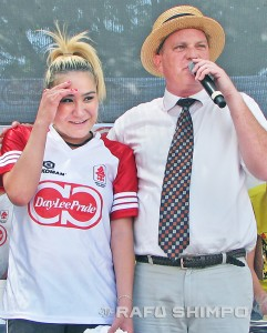 Miki Sudo is subjected to the post-game interview by emcee Sam Barclay, after she placed third in the contest with 179 gyoza eaten. (J.K. YAMAMOTO/Rafu Shimpo)