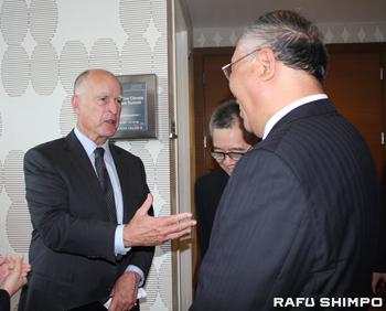 中国の代表者と意見交換するカリフォルニア州のジェリー・ブラウン知事(左)