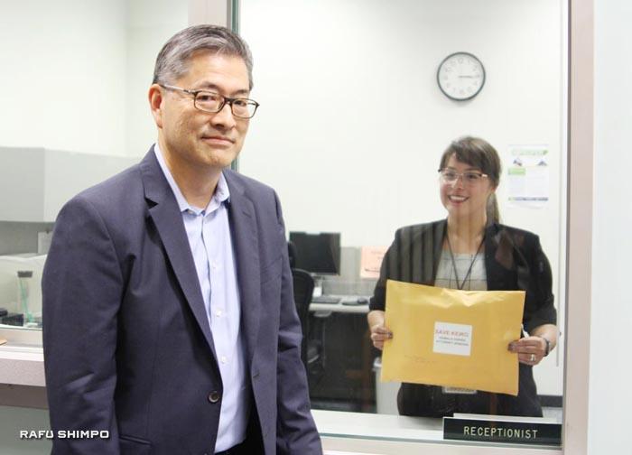 カリフォルニア州司法長官ロサンゼルス・オフィスに署名を届け終えたジョン・カジさん(左)