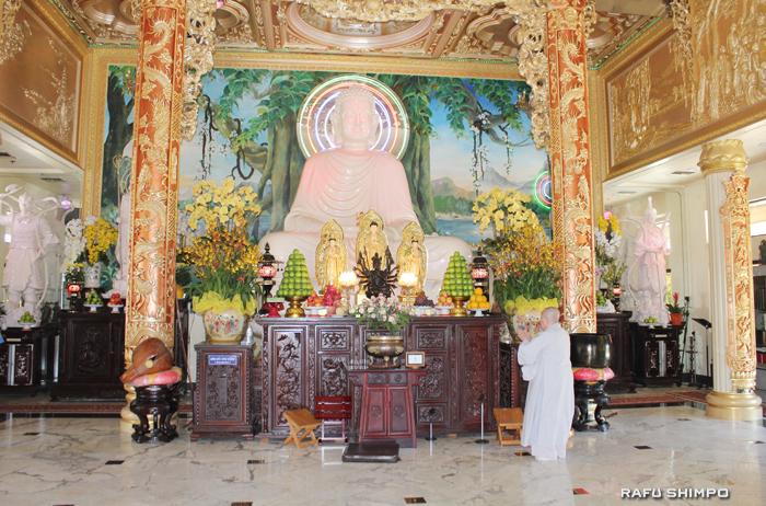 寺院中央には真珠パウダーで作られた巨大な仏像があり、連日参拝客が祈りにくる