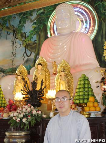 リトルサイゴンの歴史やベトナムの文化について話をしてくれた同寺院の僧侶ウェイ・ダック氏