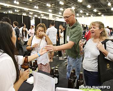 地酒、焼酎、地ビールのブースは多くの試飲者で賑わった