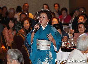 客席から登場する演出で、「金比羅一段」を熱唱する朝倉志満子さん