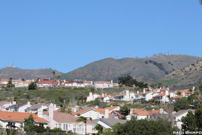 ガス漏出事故が発生したSoCalGaS施設がある山のふもとのポーターランチ住宅地