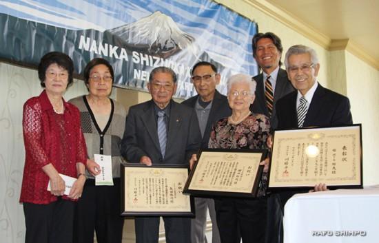 表彰を受けた方々。左から、原田ヨシコさん、五十嵐アンさん(五十嵐リチャードさんの代理)、矢田敬次さん、宮城嶋一さん、櫻田ジェーンさん、蒲原会長、柴邦夫さん