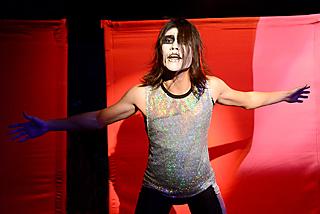 迫真の演技で、薬害エイズを訴えるロックシンガー役の平川貴彬