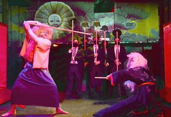 剣術を駆使した迫力のあるシーンは見物。メイクは、歌舞伎をイメージした
