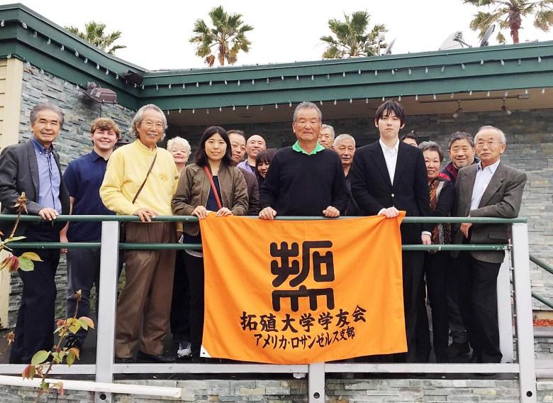 拓大学友会LA支部が開いた研修生の歓迎会。前列左から4人目から下村さん、古谷支部長、大道さん