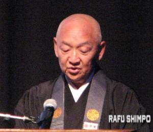 Rinban Noriaki Ito gave a prayer at the exact time that the tsunami struck. (J.K. YAMAMOTO/Rafu Shimpo)