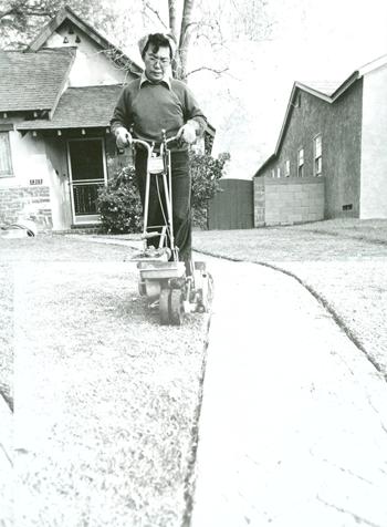 戦後に移住した庭園業者。旦那の仕事を手伝う女性も多かった。(写真=南加庭園業連盟提供)