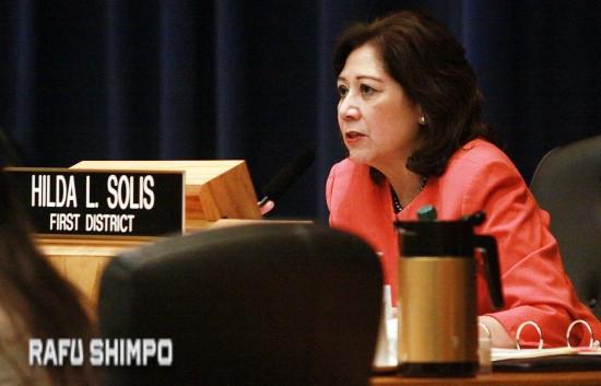 動議を提出したスーパーバイザーのヒルダ・ソリス議長(写真=マリオ・レイエス)