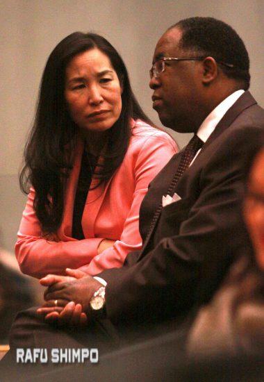 ロサンゼルス郡CEOのサチ・ハマイ氏(左)と話をする共同提案者のマーク・リドリー・トーマス副議長(右)(写真=マリオ・レイエス)