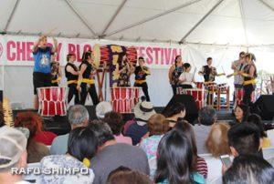 会場の人たちもステージに上がって一緒に演奏する光心太鼓