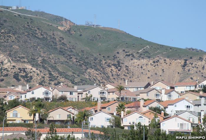 施設周辺の住民の自宅内部から異金属が検出されたポーターランチ。住宅地の後方に見えるのが天然ガス貯蔵施設があるサンタ・スサナ・マウンテン