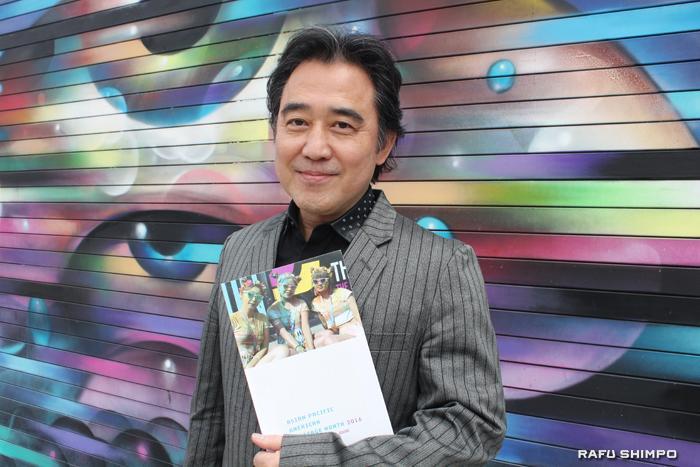 自身が撮影した写真が表紙に選ばれたカレンダーブックを手にする清水一路氏