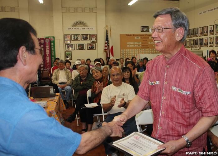 沖縄文化の発展に貢献したことに対して北米沖縄県人会から感謝状を贈呈された 翁長知事(右)