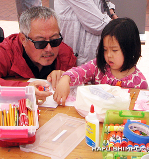 Crafts included making paper cherry blossom trees. (J.K. YAMAMOTO/Rafu Shimpo)