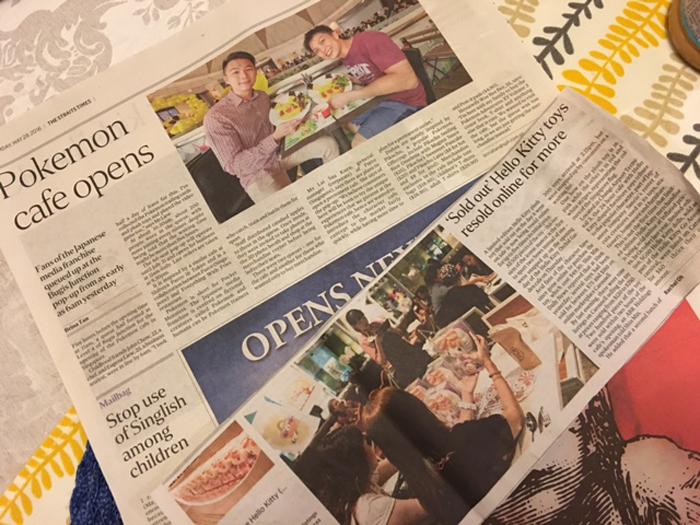 「キティ・カフェ」「ポケモン・カフェ」オープンの新聞記事切り抜き。「ポケモン・カフェ」に最初に並んだ男性はれっきとしたサラリーマンだそう