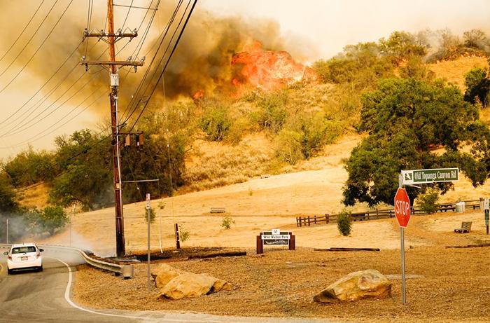カラバサスで4日に発生した山火事で、住宅地付近まで押し寄せた火の手(LA郡消防局より)