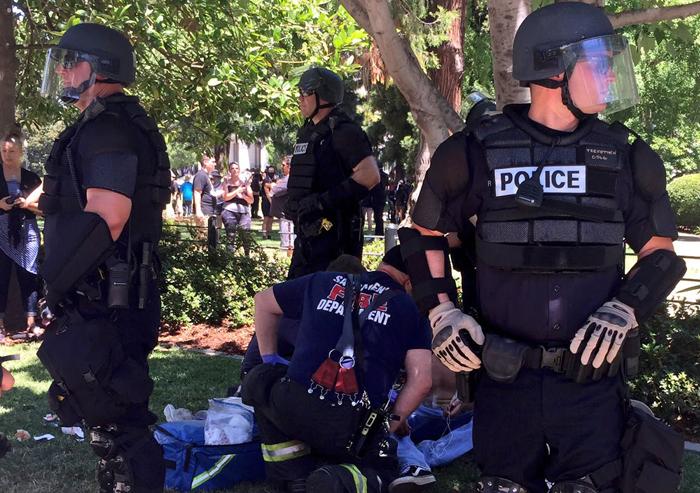 白人至上主義団体と反対派が衝突し、現場で事件を鎮圧する警察官たち