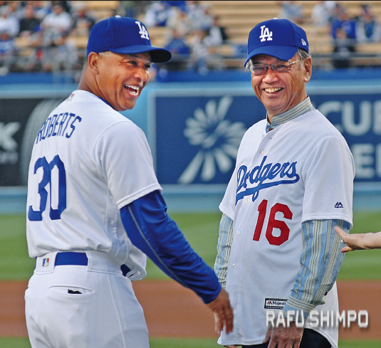 Dodger manager Dave Roberts and Okinawa Gov. Takeshi Onaga share a laugh before the game.