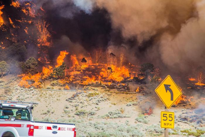 サンバナディーノのカホパス周辺で発生している山火事=17日(カリフォルニア州森林管理防火局より)