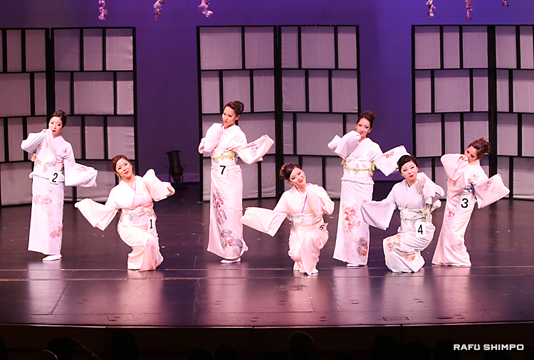 着物を身にまとい、日本舞踊を踊る女王候補者