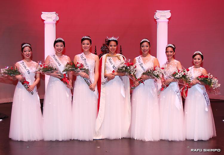 2016年度の女王とコート。左からカヤ・ミネザキ、シャンノン・アイコ・ローズ・ツマキ、ファースト・プリンセスのメーガン・トミコ・オノ、新女王のジャクリン・ヒデミ・トミタ、ミス・トモダチのジュリア・キヨミ・タニ、エイプリル・レイラニ・ニシナカ、ヘザー・ヨネコ・イワタ(敬称略)