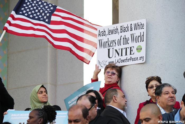 LAで行われたヘイトクライム防止を呼び掛ける集会に参加した人々
