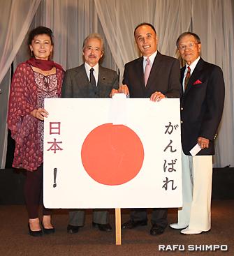 熊本地震の寄付金贈呈式。左から新原さん、沖田さん、森さんと司会を務めたタック西さん