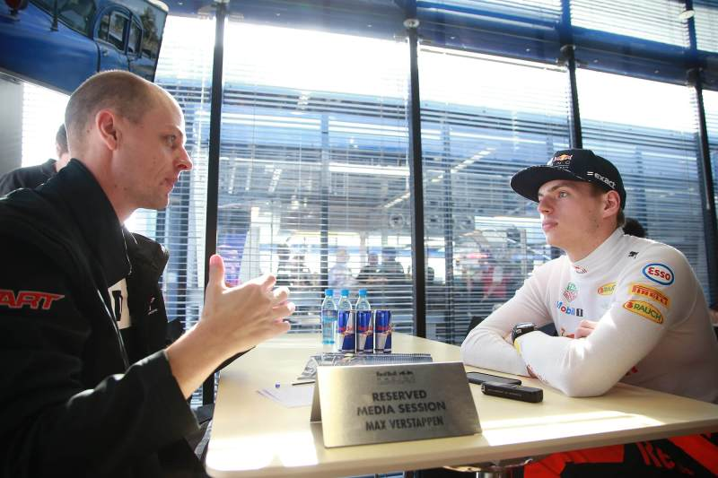 Foto tijdens het interview van Dave Smeets met Max Verstappen tijdens de tests van de Formule 1 voor Red Bull Racing in Spanje 2017