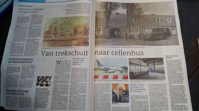 afbeelding van het krantenartikel Met de trekschuit naar de bajes door Willem Dekker van Dagblad van het Noorden over het boek In een rechte lijn van auteur Ralph Stoove