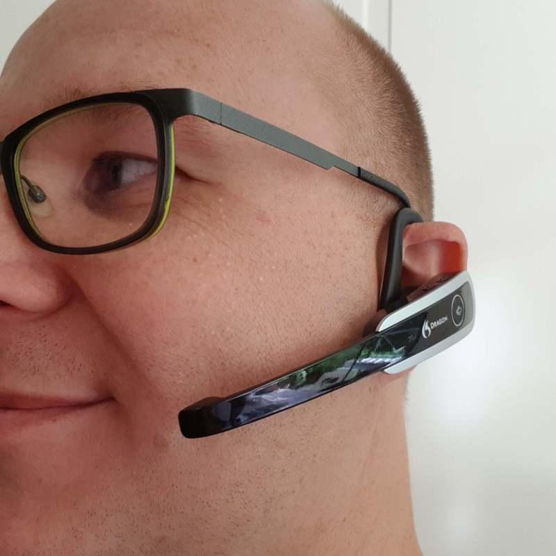 Headset van dragon spraakgestuurde software tijdens bloggen door Ralph Stoove van RaGaSto