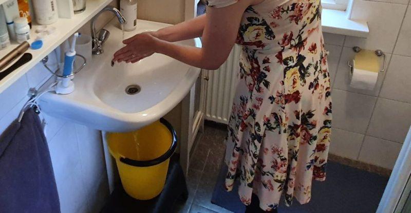 Handen wassen en water besparen door het op te vangen in een emmer om daarmee het toilet te kunnen doorspoelen