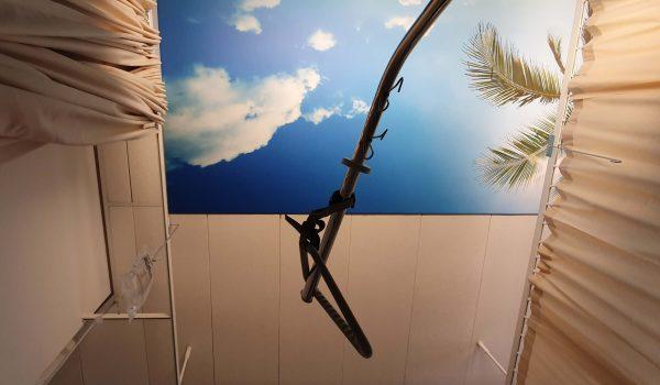 foto van een wolkenposter in het ziekenhuis waar me de vraag werd gesteld na het zien van mijn rolstoel of ik invalide ben