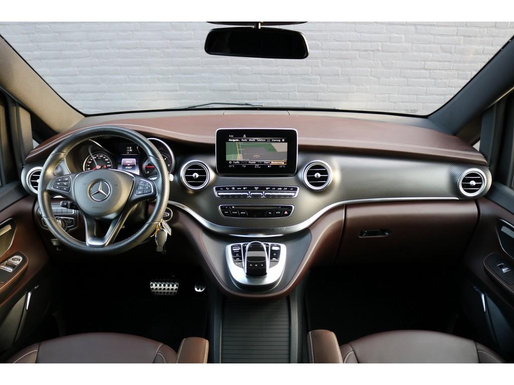 Foto van het interieur van een Mercedes-Benz V-klasse met daarin zichtbaar het bruine leer, carbonlook dashboard, Avantgarde stylingpakket, navigatiesysteem, maar nog zonder aanpassingen tot rolstoelbus.