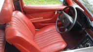 Foto van een rood interieur van nepleer of skai in een Mercedes-Benz W116 280 SE uit 1974.