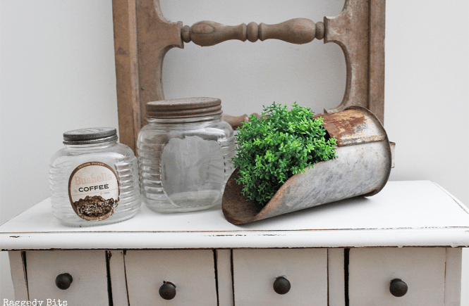 Find old pieces and new pieces of galvanized goodies is such a fun way to add some farmhouse touches to your home   www.raggedy-bits.com   #farmhouse #galvanized #decorating #raggedybits #old #wares #vintage