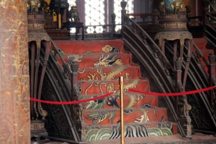 Zoom sur la moquette au pied du trône