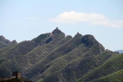Au loin, toujours visible, le dragon de pierre