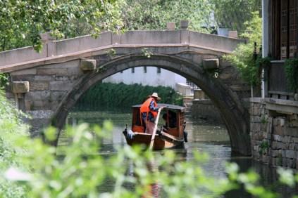 Des barges font taxi dans la vieille ville.