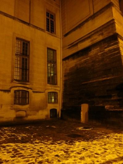 Une petite porte dissimulée au pied du mur des réservoirs