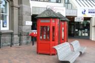 Cabines téléphoniques devant le Dunedin Town Hall, sur l'Octagon