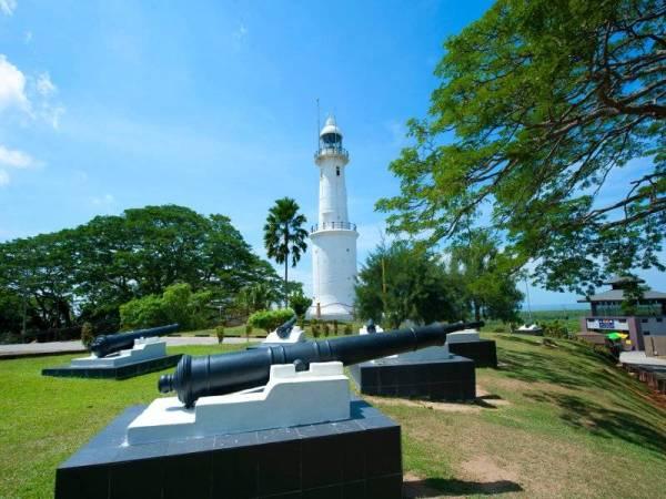 Rumah Api Bukit Malawati dibina pada tahun 1907 adalah satu lagi peninggalan dan mula beroperasi pada tahun 1910.