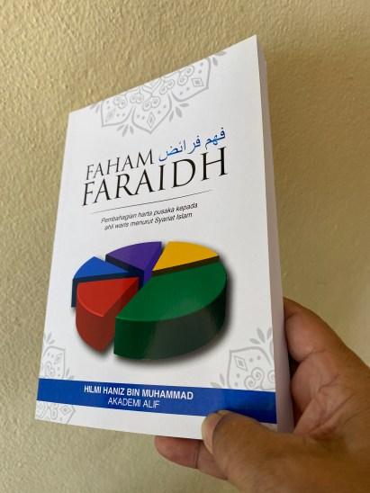 Sumber faraid ramai yang keliru. Sebuah buku mengenai ilmu faraid yang sesuai dimiliki oleh keluarga.