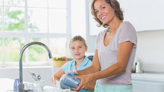 Hand sanitizer boleh digunakan di dapur dan bilik air bagi menghilangkan kuman atau germs.