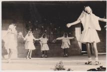 """ריקוד שבועות שנות ה 60, צילם: אורי לבנוני ז""""ל"""