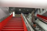 Der rote Treppenaufgang wirkt irgendwie edel. Rahel nimmt die Rolltreppe.